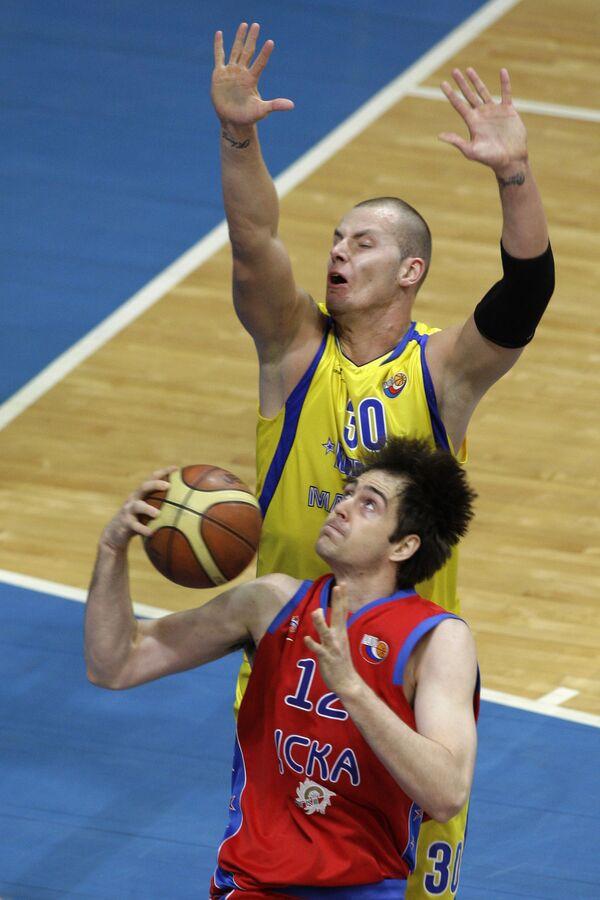 Баскетболист ЦСКА Эразем Лорбек (на первом плане) и игрок Химок Мачей Лампе (на втором плане)