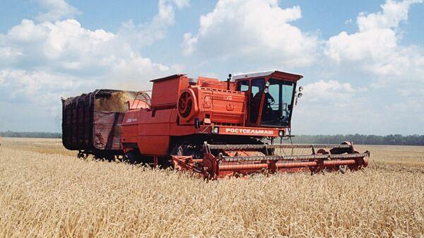 Хлебоуборочная машина на полях Кубани