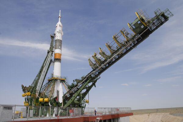Подготовка к запуску ракеты-носителя Союз-ФГ с космическим кораблем Союз ТМА-15
