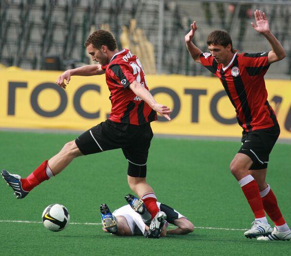 Игрок Амкара Иван Черенчиков (в центре)