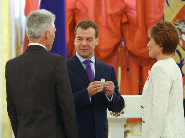 Президент России Дмитрий Медведев во время вручения ордена Родительская слава семье