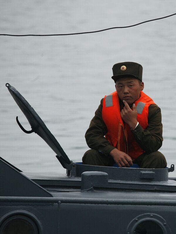 Военнослужащий Северной Кореи на патрульном катере