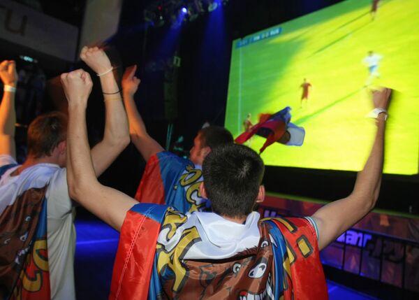 Просмотр московскими болельщиками футбольного матча между сборными Финляндии и России