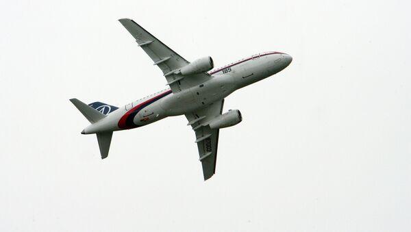 Российский самолет Sukhoi Superjet 100 на аэрокосмическом салоне в Ле-Бурже