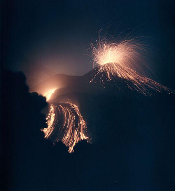 Раскаленные лавины вновь сходят со склона вулкана Шивелуч на Камчатке