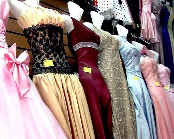 Рыночный ширпотреб вместо лоска бутиков: как выпускницы выбирают платья