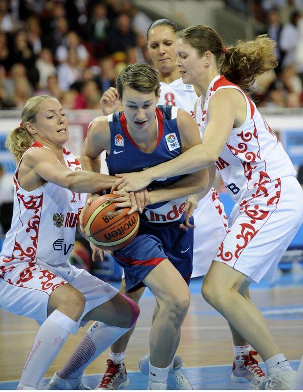 Илона Корстин (слева) во время финального матча ЧЕ-2009 по баскетболу
