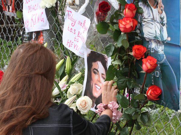Портреты Майкла Джексона у посольства США