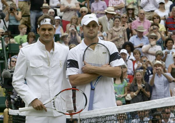 Швейцарский теннисист Роджер Федерер (слева) и американец Энди Роддик