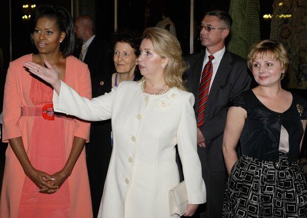 Супруги президентов США и России Мишель Обама и Светлана Медведева во время посещения Музеев Московского Кремля
