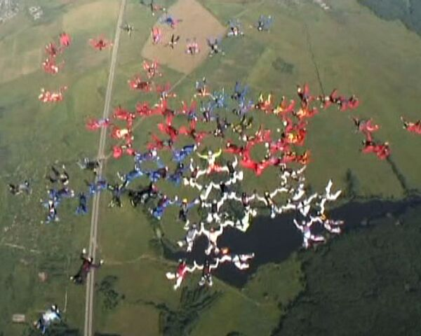 Воздушный рекорд: парашютисты сложили фигуру из 150 человек
