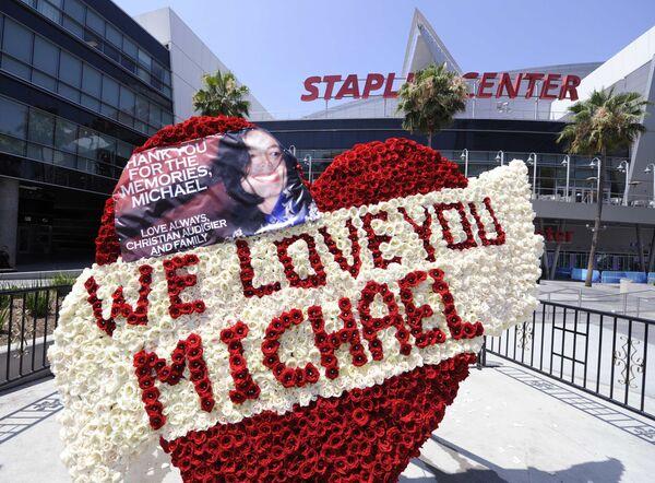 У комплекса Staples, где прошла церемония прощания с Майклом Джексоном