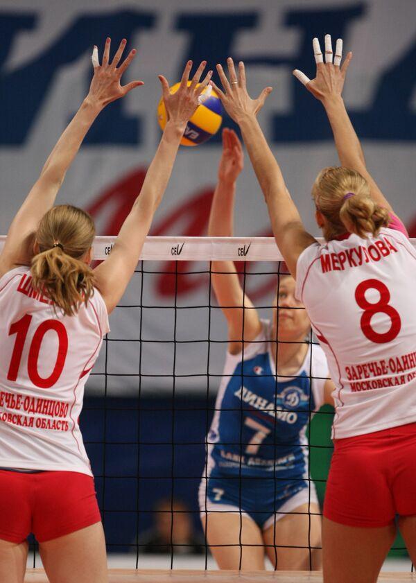 Волейболистки Заречье-Одинцово Анастасия Шмелева, Юлия Меркулова (слева направо на первом плане)