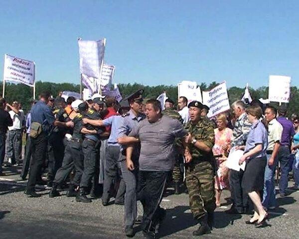 Бойцы ОМОН силой разогнали алтайских пикетчиков с трассы М-52