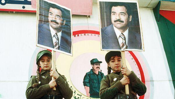 Иракские девочки с портретами президента страны Саддама Хусейна. Архивное фото