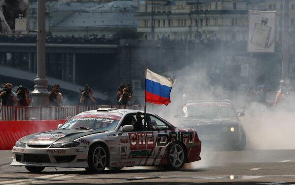 Показательный заезд у стен Московского Кремля с участием болидов Формулы-1