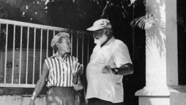 Писатель Эрнест Хемингуэй с женой. Архивное фото