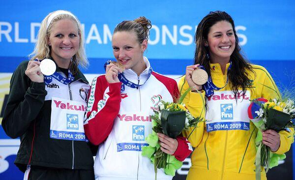 Катинка Хошсу (в центре) из Венгрии, Кирсти Ковентри из Зимбабве (слева), Стефани Райс из Австралии