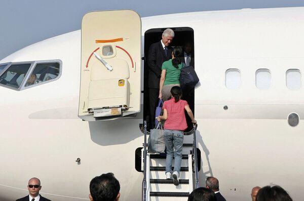 Бывший президент США Билл Клинтон и освобожденные из северокорейской тюрьмы американские журналистки Лора Лин и Юна Ли