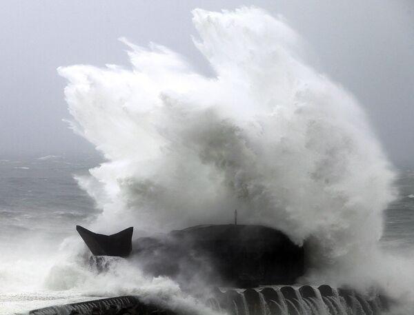 Сотни пассажиров не могут вылететь с острова Хайнань из-за тайфуна
