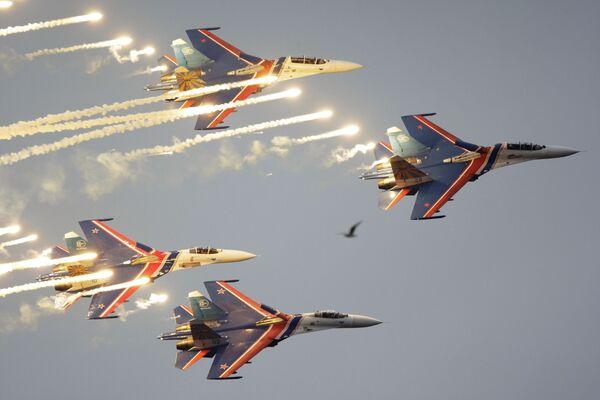 Пилотажная группа Русские витязи на четырех истребителях Су-27