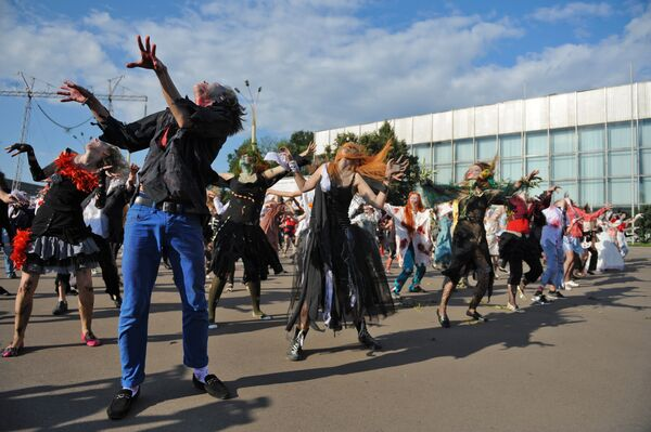 Московские фанаты почтили память Майкла Джексона на Воробьевых горах в Москве