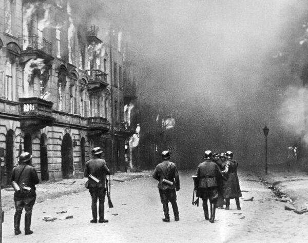Улицы Варшавы в огне. Кадр из фильма Обыкновенный фашизм