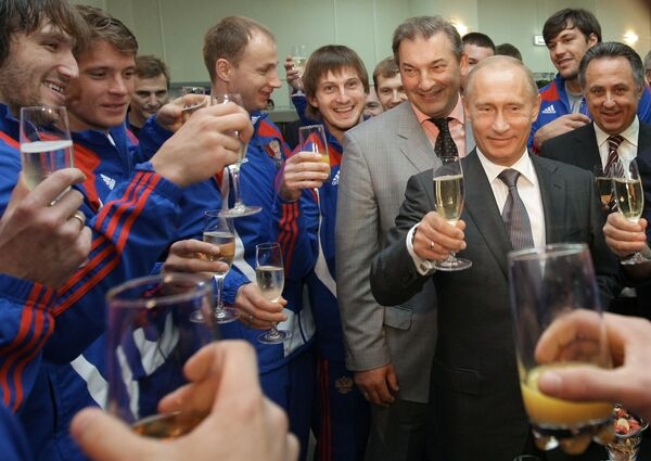 Премьер-министр РФ Владимир Путин во время встречи с членами сборной России по хоккею