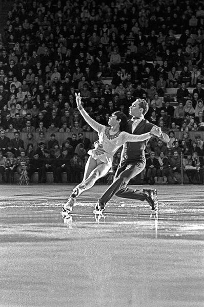 Члены сборной команды СССР по фигурному катанию Ирина Роднина и Алексей Уланов