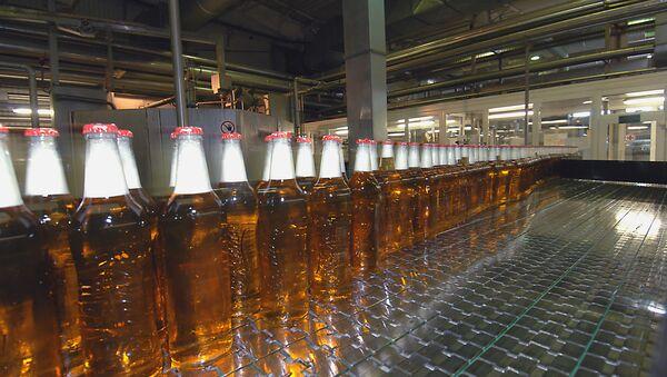 Линия розлива и упаковки пива, архивное фото