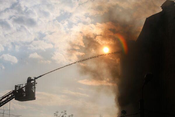Мужчина погиб, выпав с 18-го этажа при пожаре в его квартире в Москве
