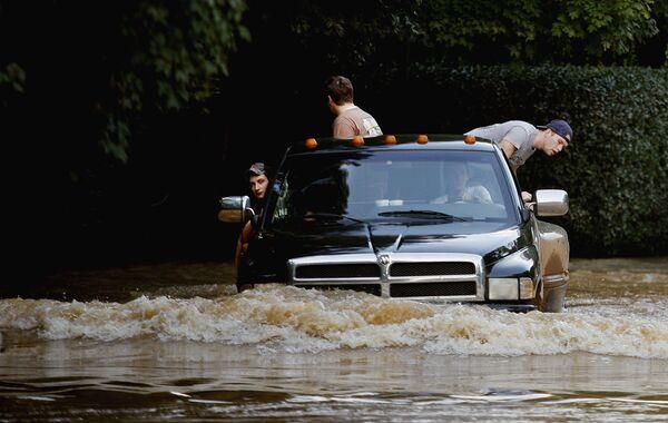 Наводнение в США: 10 человек погибли, 1500 человек покинули свои дома