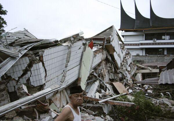 Российские спасатели не нашли людей под завалами здания на Суматре