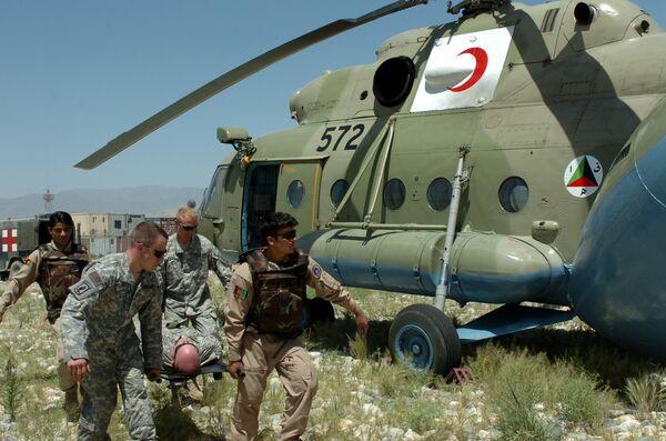 Эвакуация солдата с поля боя в Афганистане. Архив