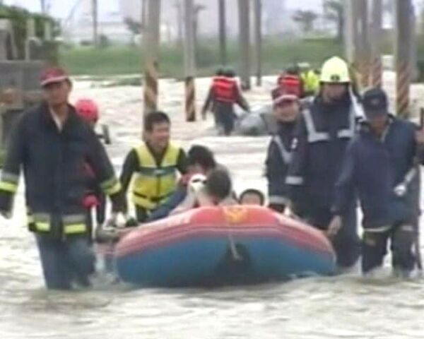 Мощный тайфун накрыл Тайвань: люди бегут от смертоносной стихии