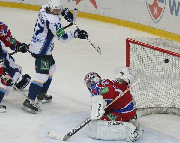 Шайбу в ворота ЦСКА забрасывает нападющий ХК МВД Юрий Добрышкин (в белом)
