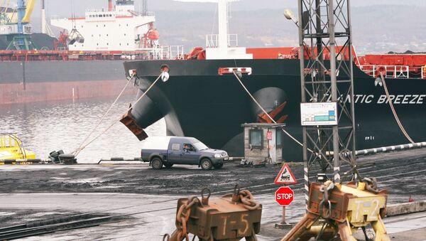 Торговый грузовой порт в Мурманске