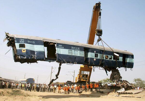 Ликвидация последствий столкновения поездов в Индии