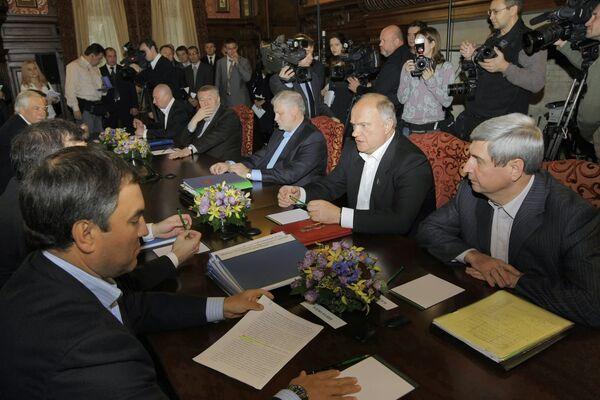 Президент РФ Дмитрий Медведев на встрече с лидерами парламентских фракций. Архив.