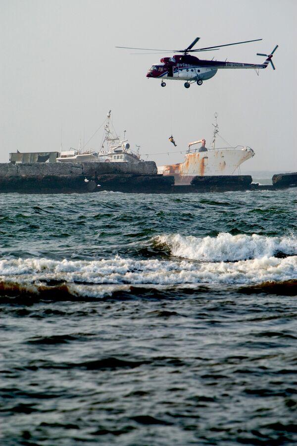 Спасатели эвакуировали рыбаков с острова под Хабаровском