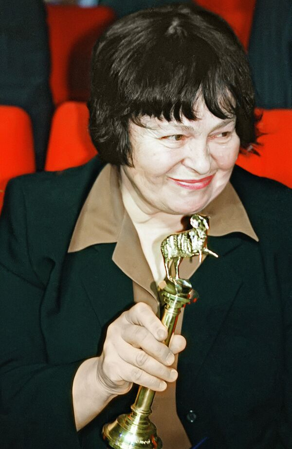 Режиссёр Кира Муратова со статуэткой Золотой овен - 2002