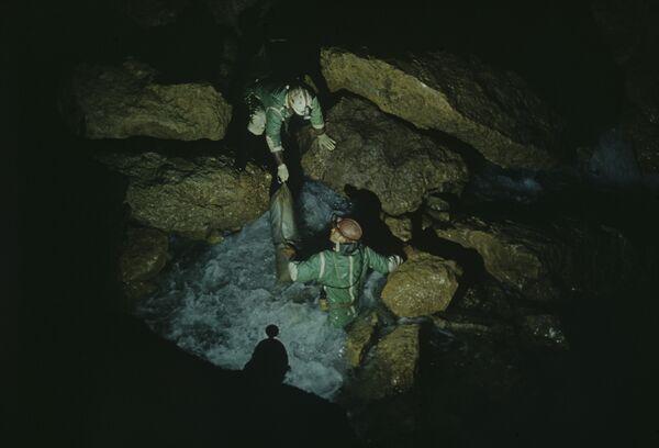 Спелеологам удалось выбраться из расщелины в пропасти во Франции