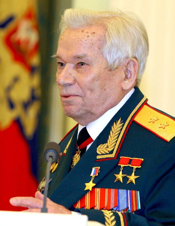 Военнослужащие и коллеги Калашникова поздравили его с 90-летием