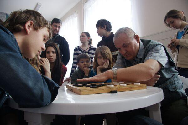 Александр Суворов за партией в шахматы
