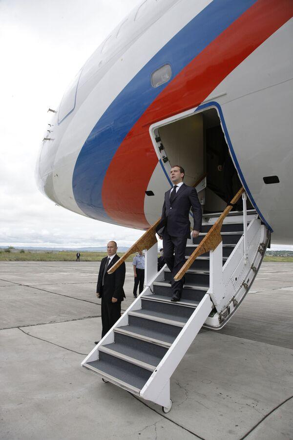 Медведев прибыл в Стокгольм, где примет участие в саммите РФ-ЕС