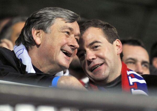 Президент РФ Дмитрий Медведев (в центре) и премьер-министр Словении Борут Пахор (слева) на трибуне стадиона Людски врт в Мариборе