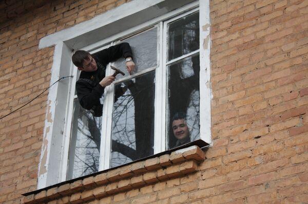 Восстановление поврежденных взрывной волной окон в Ульяновске