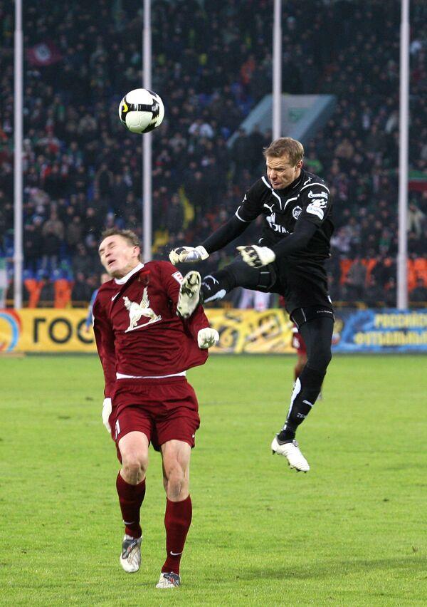 Нападающий Рубина Александр Бухаров и вратарь Зенита Вячеслав Малафеев (слева направо)