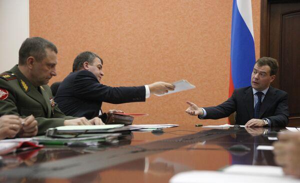На специальном совещании в Ульяновске, посвященном ЧП на 31-м арсенале ВМФ, президент заявил, что взрывы, в результате которых погибли 10 человек и причинен многомиллионный ущерб, стали следствием халатности лиц.