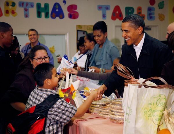 Обама, его жена, дети и теща раздали бедным индеек и тыквенные торты
